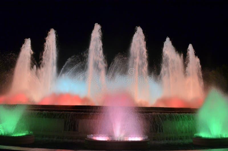 Fontaines de chant de magie sur la montagne de Montjuic, Barcelone, Espagne photos libres de droits