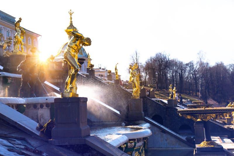 Fontaines de lavage de personnel de musée en vieux parc la journée de printemps St Petersburg, Russie photographie stock