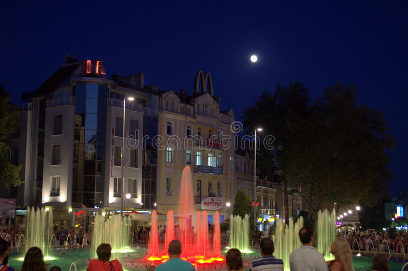Fontaines de nuit de ville de Varna photos libres de droits