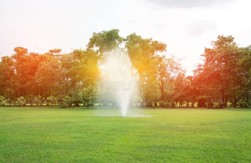 Fontaines en parc avec la lumière d'éclat images stock
