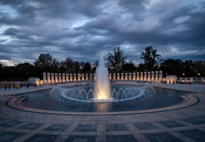 Fontaines et mémorial de la deuxième guerre mondiale au coucher du soleil, Washington D C LES Etats-Unis photo libre de droits