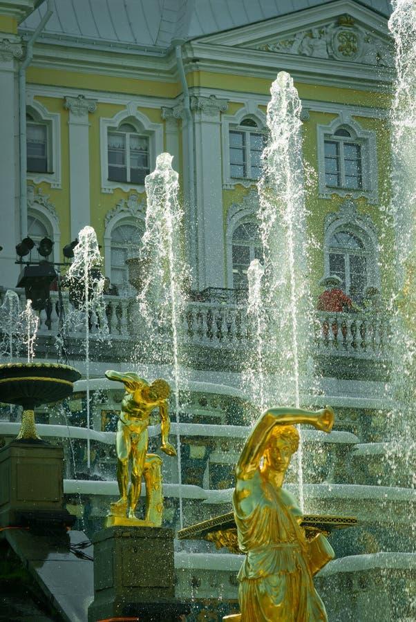 Fontaines grandes de cascade au palais de Peterhof image stock