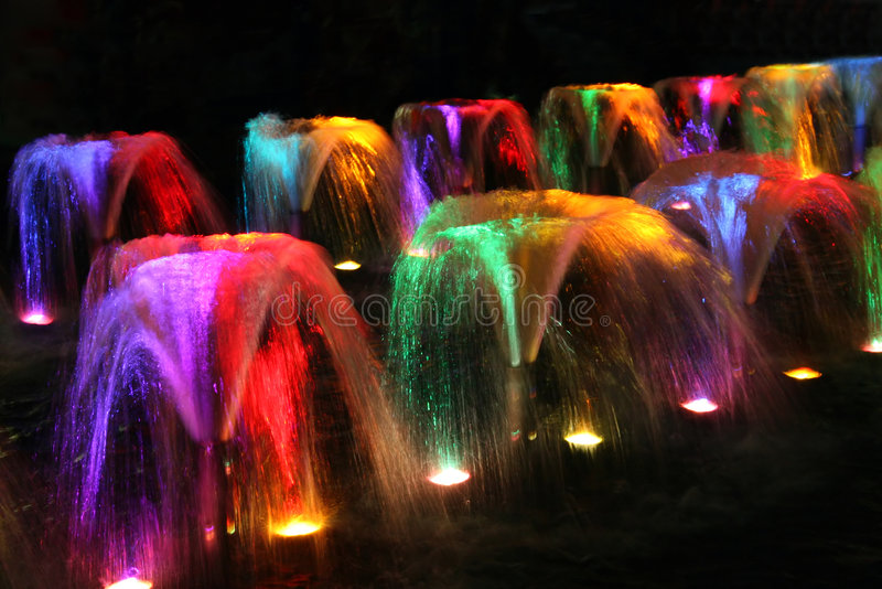 Fontaines la nuit photo stock