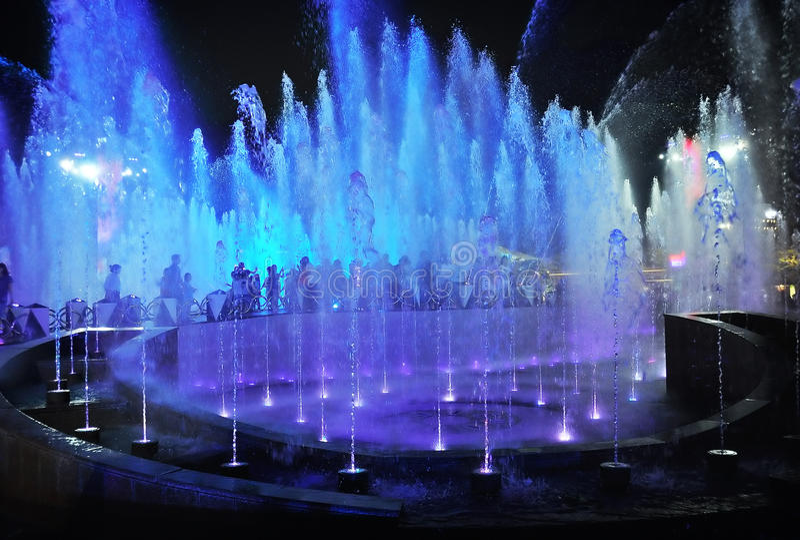 Fontaines lumineuses par nuit image stock