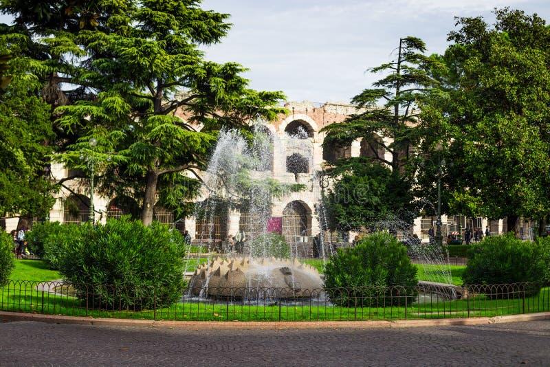 Fontana al quadrato del reggiseno della piazza nella città di Verona, Italia fotografie stock