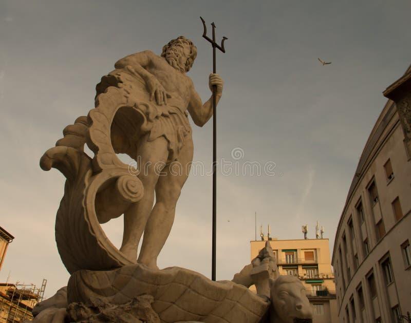 Fontana al quadrato di Verdi, una statua di Poseidon con un tridente, Trieste Italia immagini stock libere da diritti