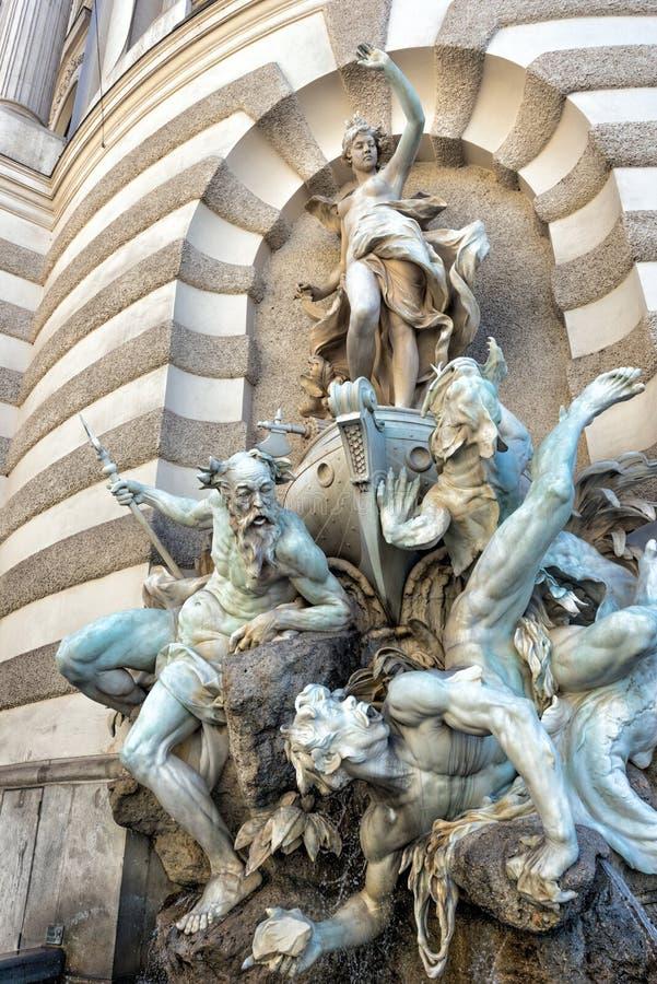 Fontana all'entrata al palazzo di Hofburg Vienna, Austria immagini stock libere da diritti