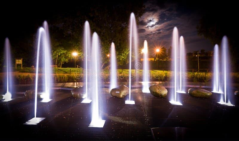 Fontana alla notte immagine stock