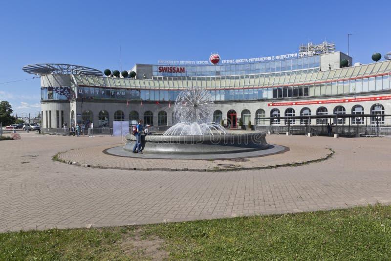 Fontana alla scuola di commercio di gestione nel terziario SWISSAM a St Petersburg fotografia stock libera da diritti