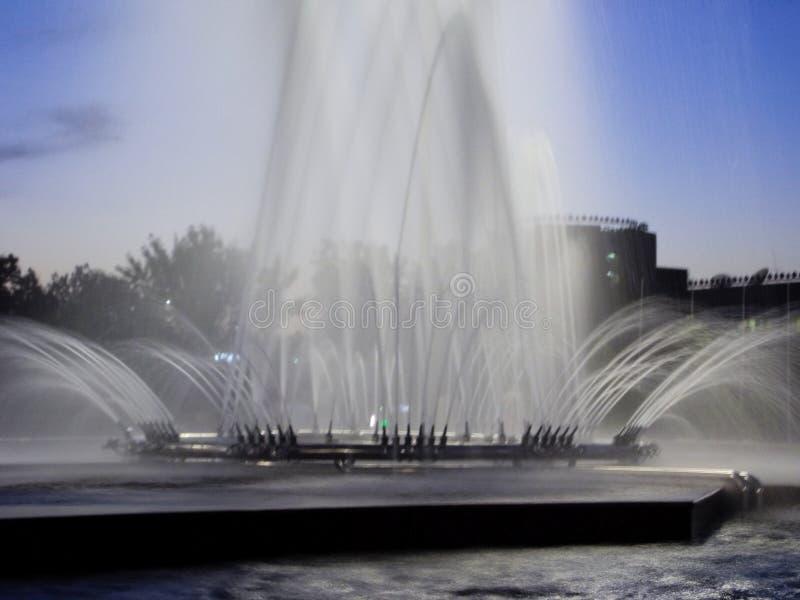 Fontana alle luci della città immagine stock libera da diritti