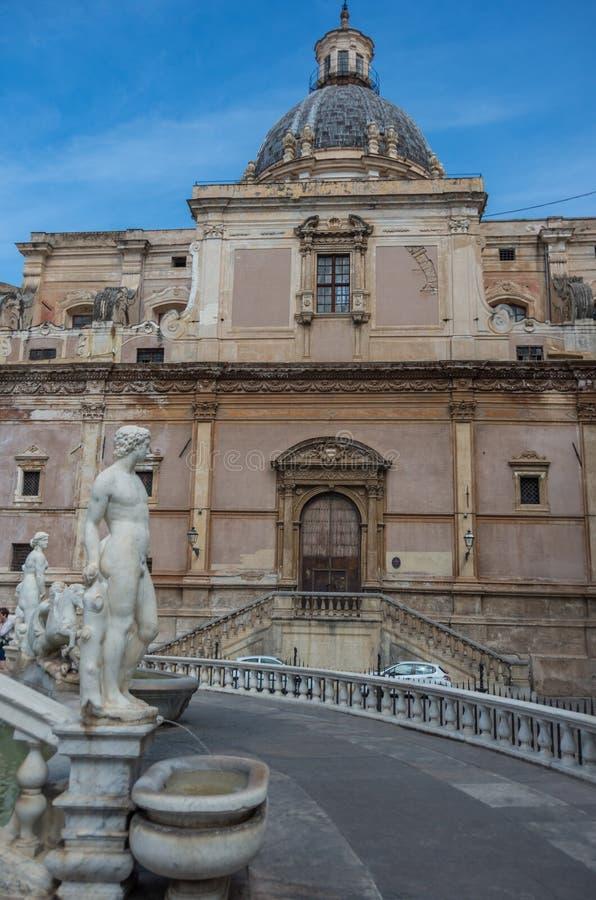 Fontana barrocco con le figurine nude sulla piazza Pretoria e CHU fotografia stock