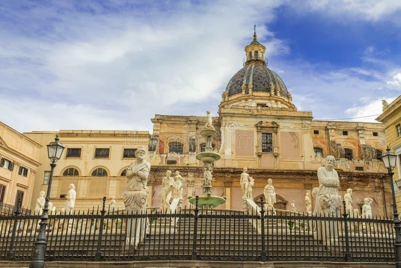Fontana barrocco con le statue sulla piazza Pretoria a Palermo, Sicilia fotografia stock libera da diritti