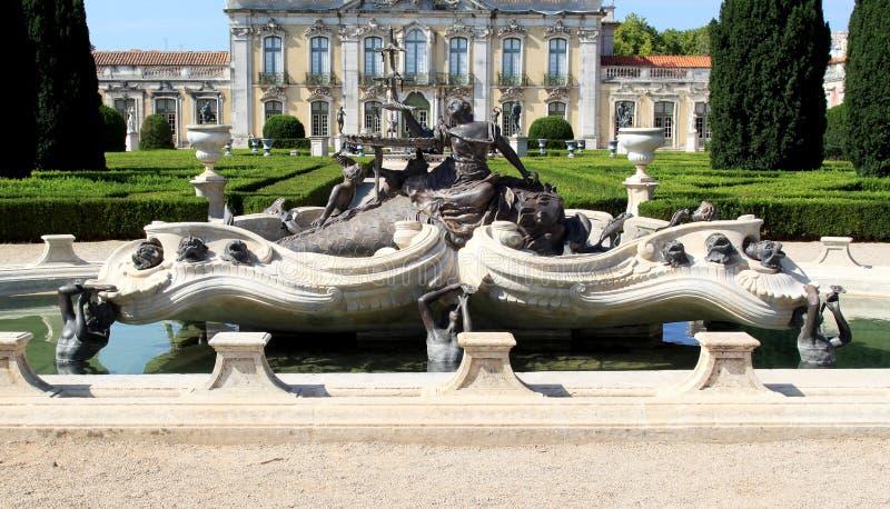 Fontana barrocco vicino al palazzo nazionale, Queluz fotografia stock