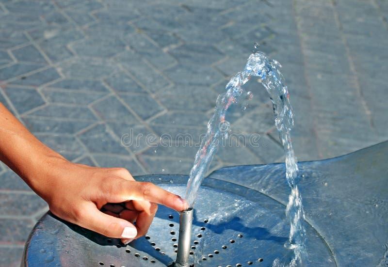 Fontana bevente dell'acqua fotografia stock