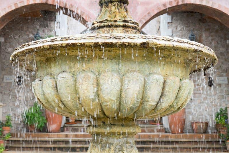 Fontana classica della pietra di stile immagine stock