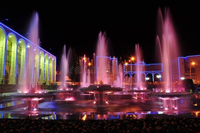 Fontana colorata alla notte fotografia stock