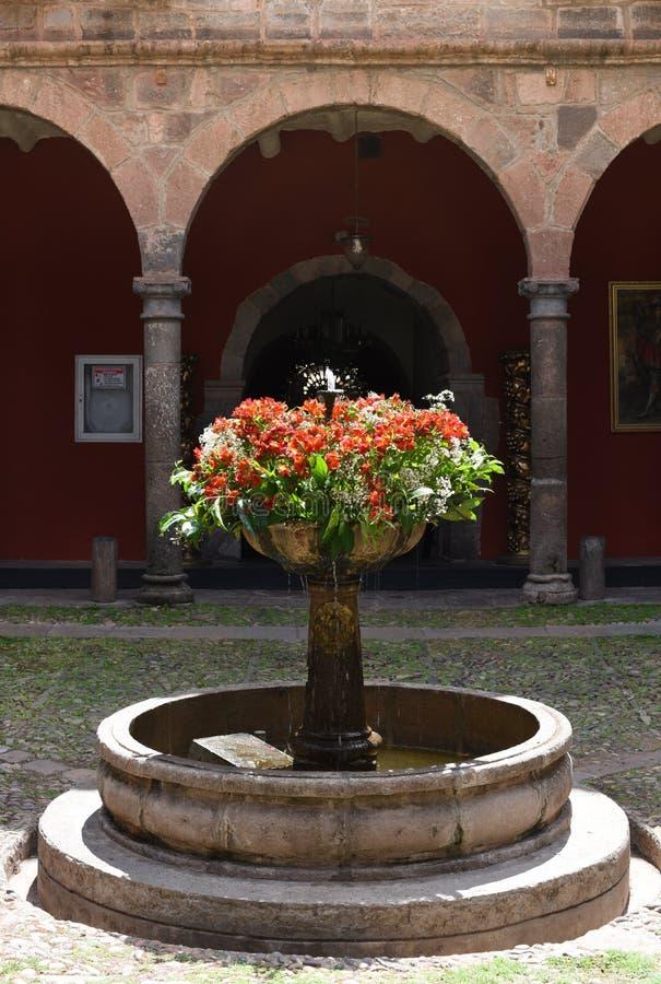 Fontana con i fiori peru immagine stock libera da diritti