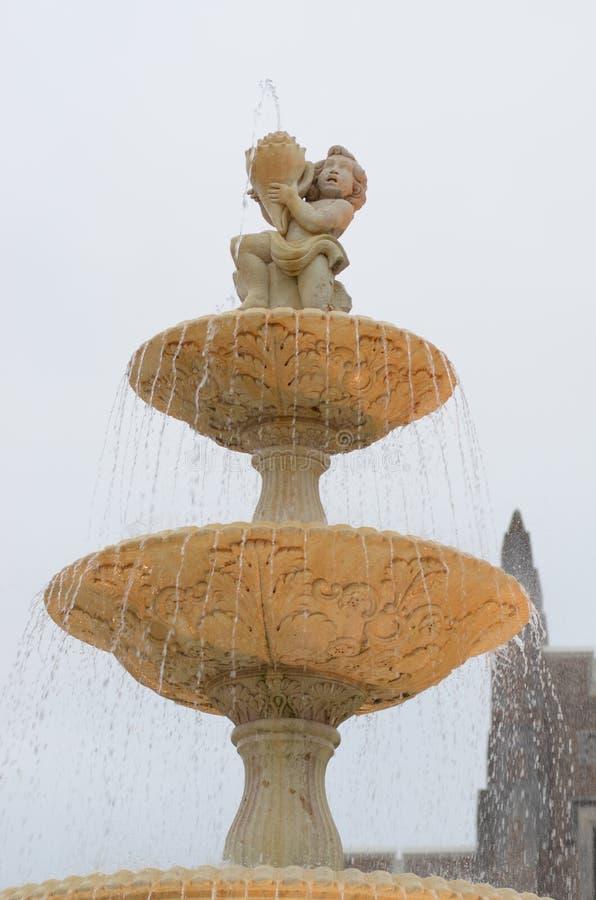 Fontana con il cherubino e la conchiglia di strombo immagine stock