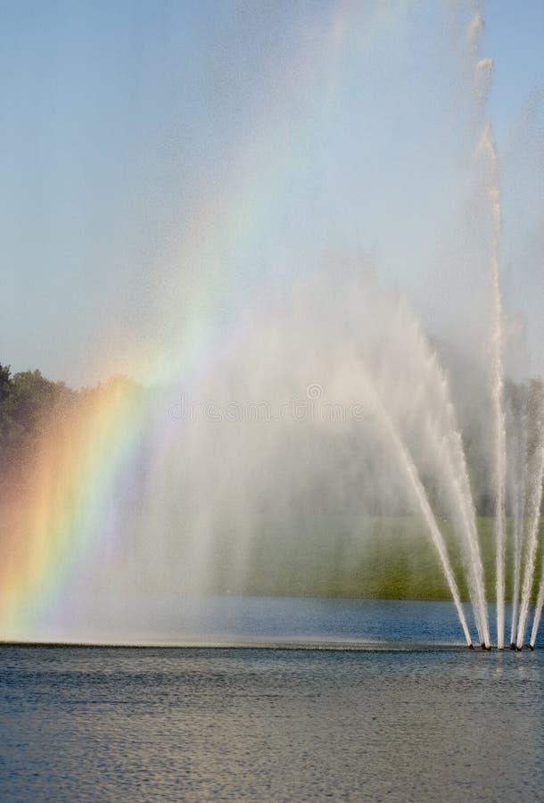 Fontana con il Rainbow fotografia stock libera da diritti