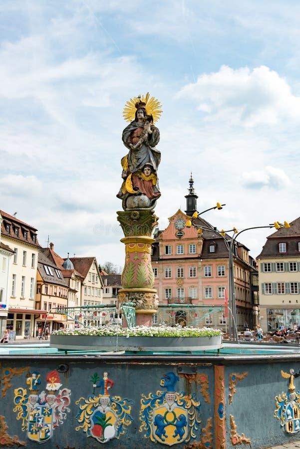 Fontana con la colonna di vergine Maria con l'aureola ed il bambino Gesù, Schwaebisch Gmuend, Germania fotografie stock libere da diritti