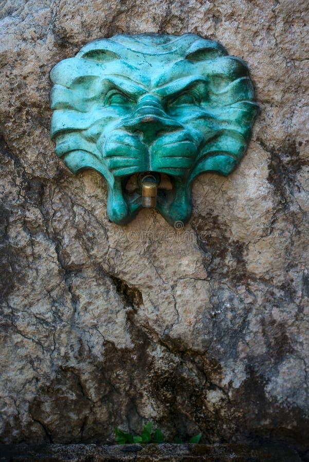 Fontana con la testa di un leone fotografie stock