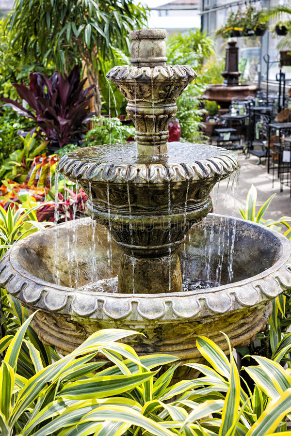 Fontana concreta nel Garden Center fotografie stock libere da diritti