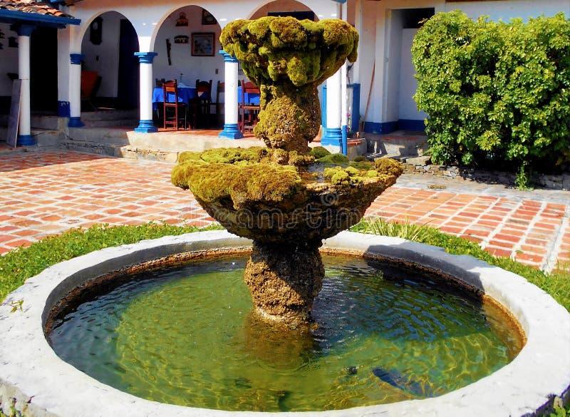 Fontana in cortile centrale dell'abitazione coloniale spagnola immagini stock