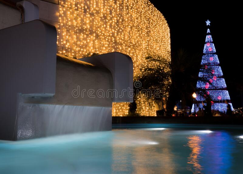 Fontana d'acqua esposizione a lungo vicino al gigantesco espositore dell'albero di Natale a Funchal, Madeira fotografia stock