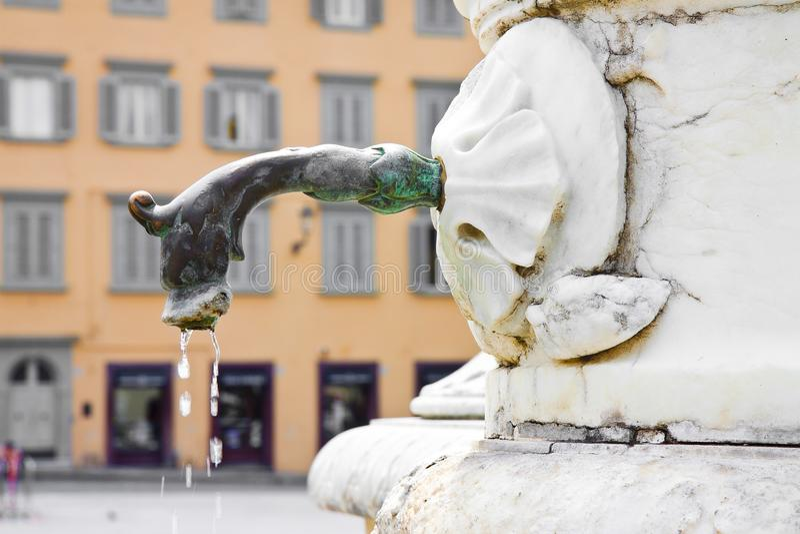 Fontana d'ottone antica italiana con la testa del drago con lo spazio della copia immagini stock libere da diritti