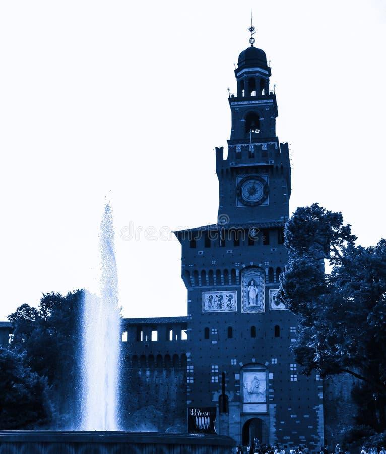 Fontana davanti al castello Sforzesco della torre fotografie stock