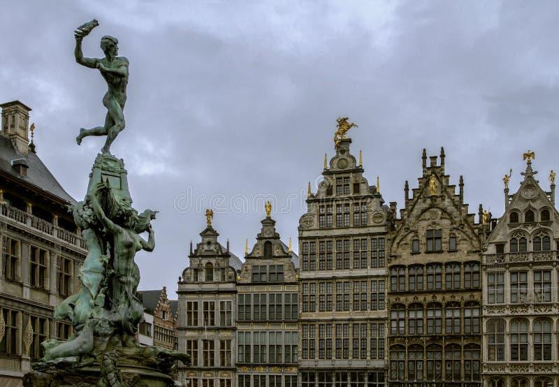 Fontana de Brabo y edificios históricos en el Grote Markt ajusta en Amberes La atracción principal de Amberes bélgica fotos de archivo libres de regalías