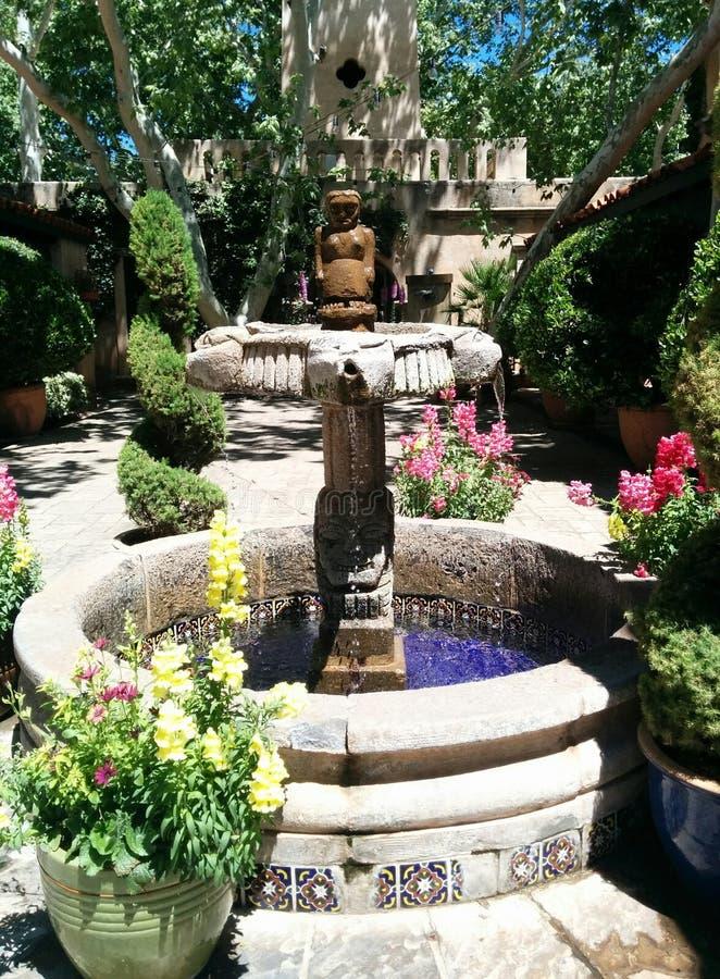 Fontana decorativa di stile di sud-ovest in Sedona, AZ fotografie stock libere da diritti
