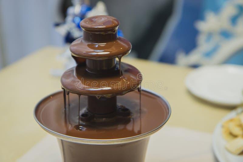 Fontana del cioccolato nel banchetto fotografia stock libera da diritti