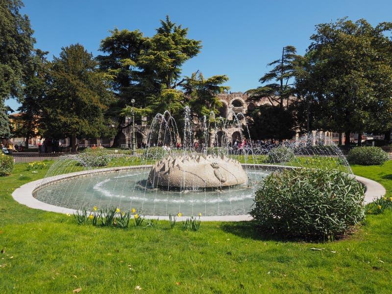 Fontana del reggiseno della piazza a Verona fotografie stock