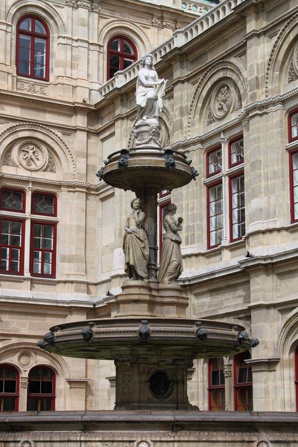 Fontana del Teatro dell'Opera di Vienna immagini stock libere da diritti