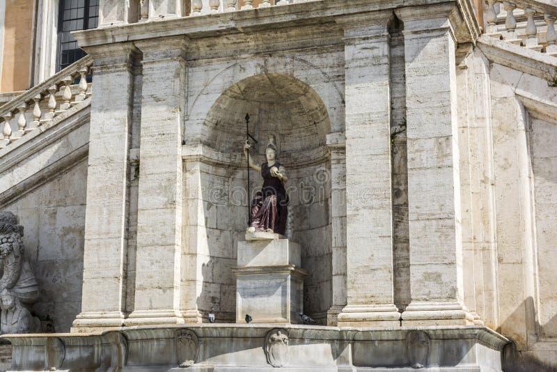 Fontana della Dea Roma i piazza del Campidoglio överst av den Capitoline kullen i Rome, Italien arkivbilder