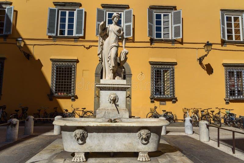 Fontana Della Pupporona su San quadrato Salvatore a Lucca L'Italia fotografia stock