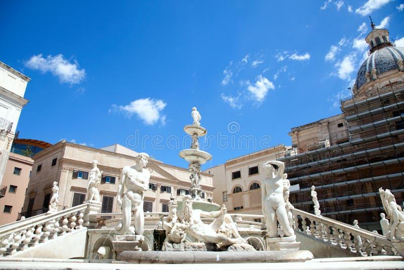 Fontana delle Vergogne in Piazza Pretoria in Bleker stock foto