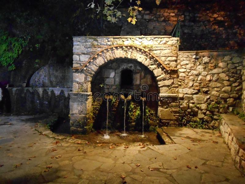 Fontana di acqua alla notte immagini stock