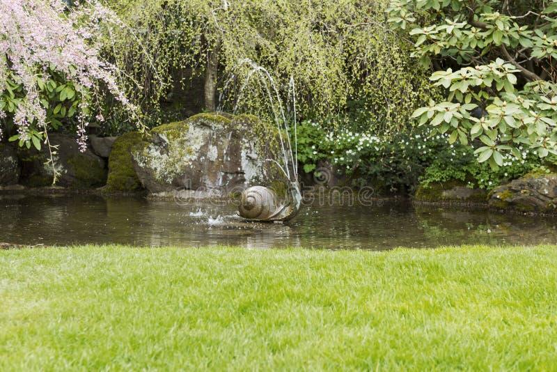 Fontana di acqua nello stagno del giardino fotografia stock libera da diritti
