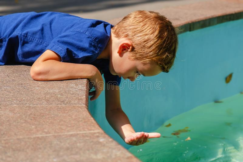 Fontana di divertimento del bambino di estate dell'acqua, città di felicità immagini stock libere da diritti