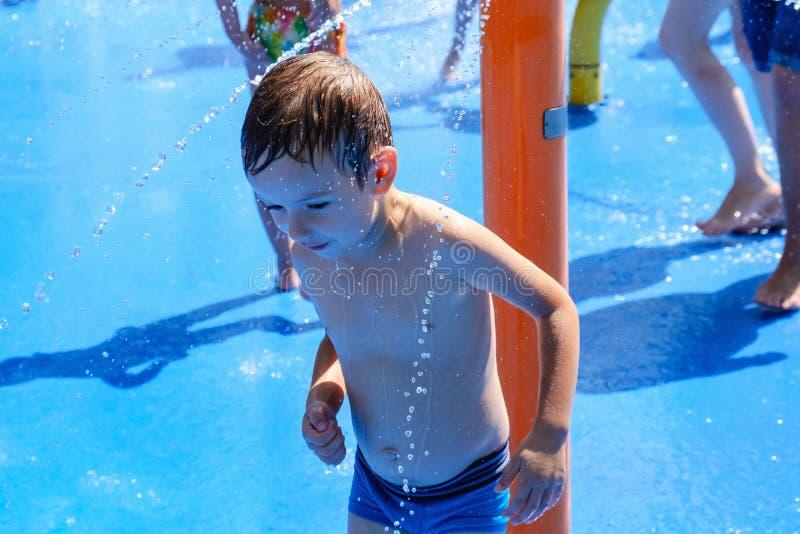 Fontana di divertimento del bambino di estate dell'acqua, gioia immagini stock libere da diritti