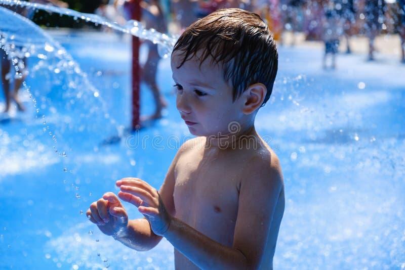 Fontana di divertimento del bambino di estate dell'acqua, infanzia immagine stock