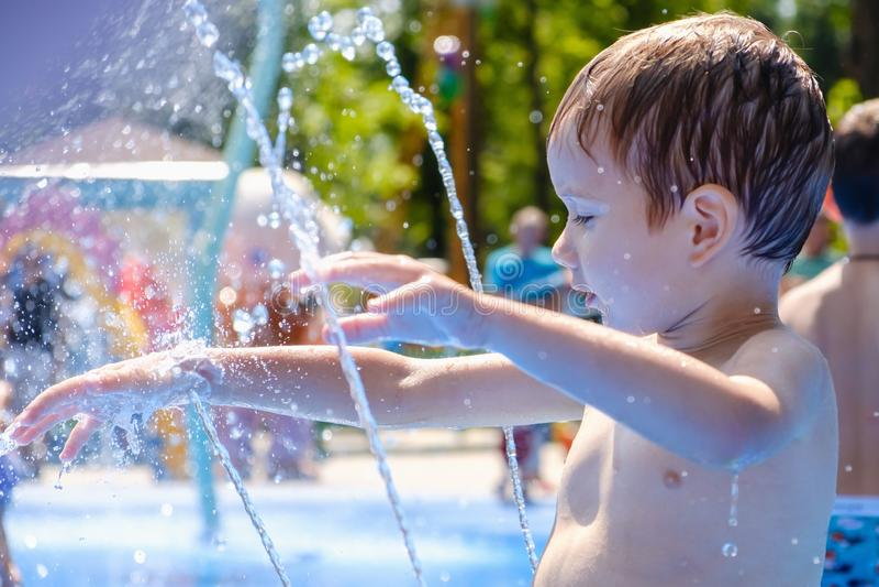 Fontana di divertimento del bambino di estate dell'acqua, infanzia poco fotografia stock libera da diritti