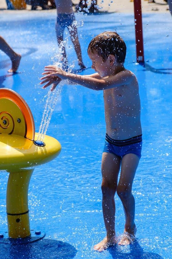 Fontana di divertimento del bambino di estate dell'acqua, spruzzo all'aperto fotografia stock libera da diritti