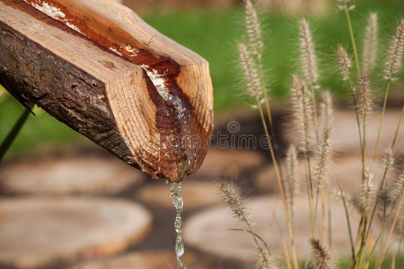 Fontana di legno in un giardino giapponese fotografia stock libera da diritti
