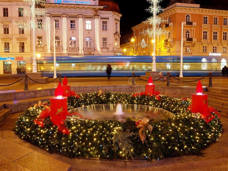 Fontana di Mandusevac alla notte, decorata con la corona di arrivo fotografie stock