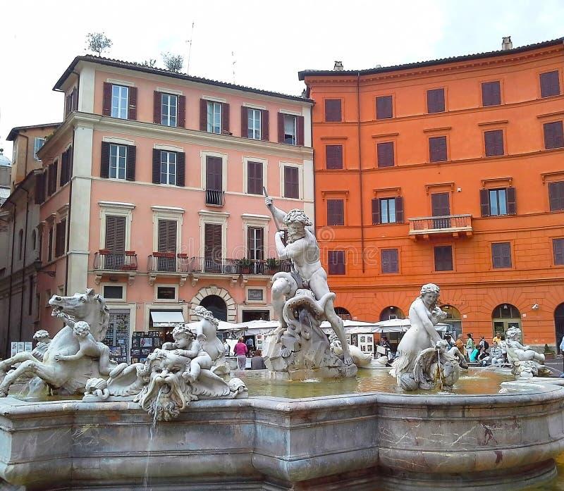 Fontana di Nettuno alla piazza Navona Questa fontana dal 1576 descrive il dio Nettuno Belle vecchie finestre a Roma (Italia) fotografie stock libere da diritti