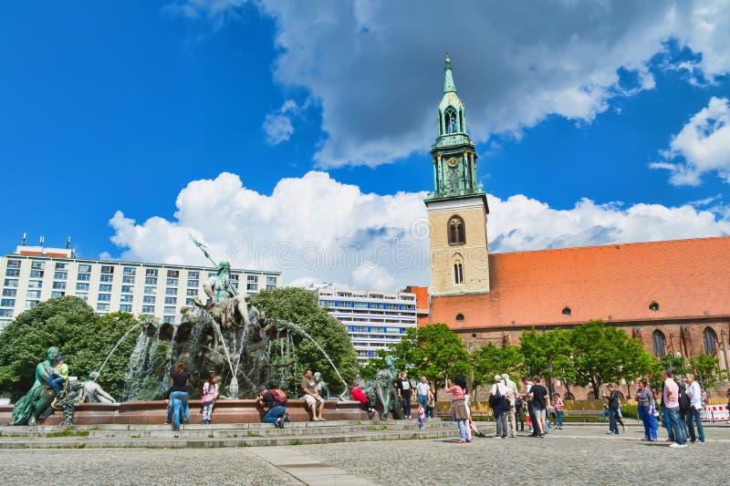 Fontana di Nettuno a Berlino sul fondo del cielo blu fotografia stock