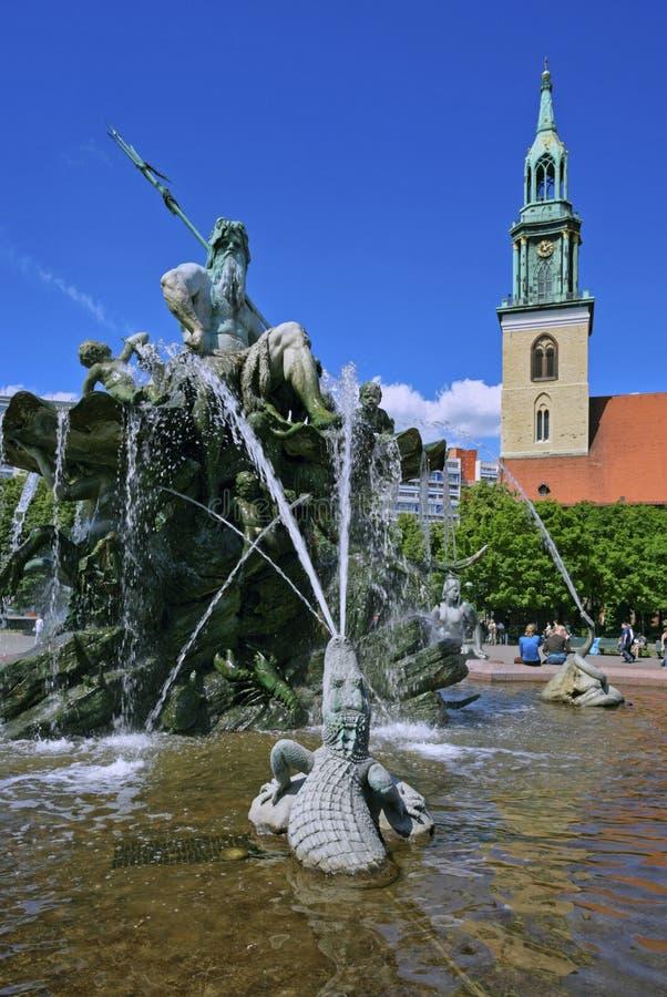 Fontana di Nettuno e la chiesa di St Mary, Berlino, Germania immagine stock